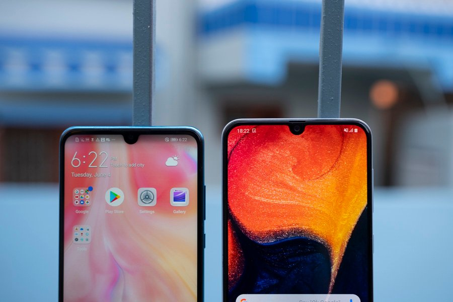 Samsung Galaxy A50 VS Huawei P30 Lite display