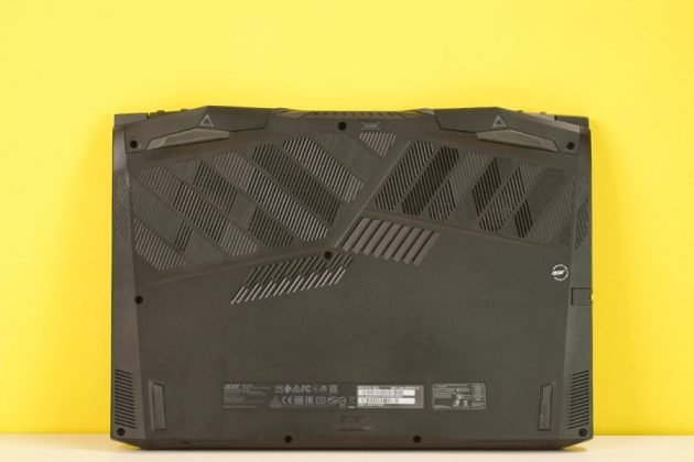 Acer Predator Helios 300 2019 Bottom View Exhaust Fans