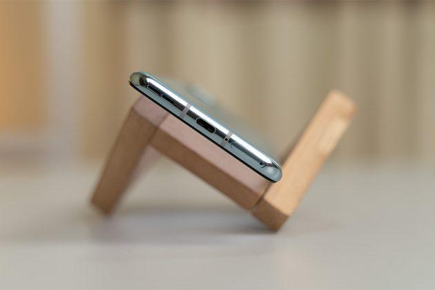 OnePlus 8T - Speaker, USB-C, SIM slot